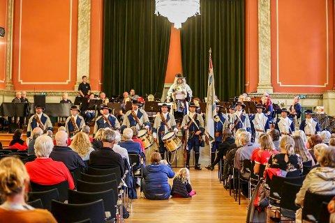BIBLIOTEKETS AULA: Kong Frederik IV's Tambourafdeling af 1704 sørget for en spektakulær åpningsseanse under den offisielle åpningen av Maratonkonserten torsdag kveld.