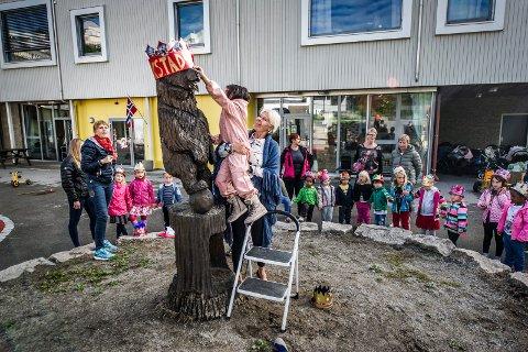 Barna i Kiæråsen barnehage feiret jubileet med stil. Barnehagens egen bjørn ble både kronet,døpt og ikledd kongelig kappe!
