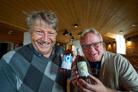 Første og siste: Åge Willy Johansen og Dag Solheim med den første og den foreløpig siste utgaven av oktober-ølet. Nå går bryggerimesteren av med pensjon.