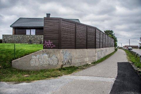 Strid om støyskjerm: Denne skjermen mot Sarpsborgveien skal behandles i planutvalget. Kommunen er bekymret for siktsone og krysset  der  huset ligger.