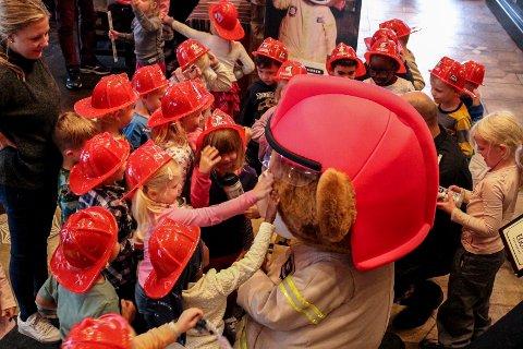 SPENNENDE: Barna syntes det var stor stas å møte Bjørnis, og flokket seg rundt ham.