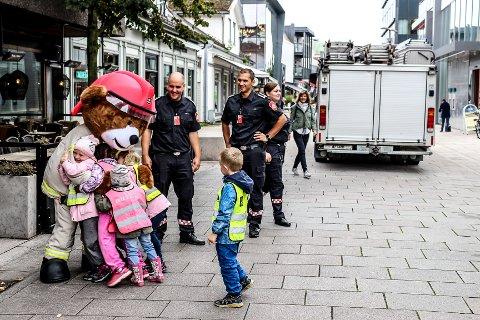 POPULÆR BAMSE: I alle brannbiler i Fredrikstad finnes det et lite utvalg traumebamser som brukes i ulykker eller branner der barn er involvert. Onsdag tok selveste Bjørnis turen til byen for å hilse på barnehagebarna.