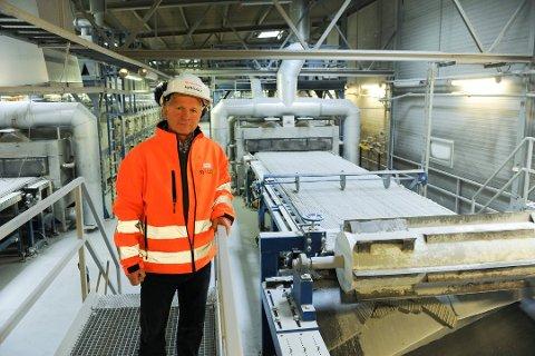 Flytter glassgjenvinning: Fabrikksjef Espen Sandsdalen ved Syklus Materialgjenvinning i Onsøy håper å kunne innvie Øra-anlegget i 2019. Glasopor-produksjon, på bildet, skal fortsatt ligge i Onsøy. (Arkivfoto: Jan Erik Skau)