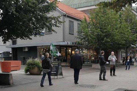 Den nordiske motstandsbevegelsen delte ut flygeblad i Fredrikstad sist  lørdag. – Politiet så ingen grunn til å frykte ordensforstyrrelser, skriver Ivar Prestbakken.