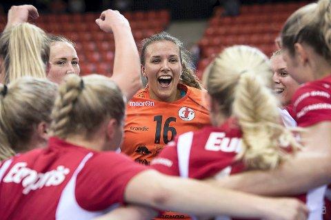 FEIRET SIST: Jenny Sandgren og FBK feiret triumfen over Larvik i Boligmappa Arena i september ifjor.