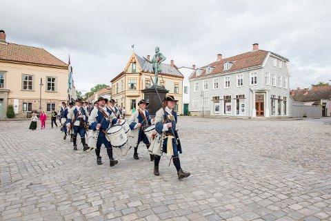 HISTORISK MARSJ: Lørdag marsjerte Kong Frederik IVs Tambourafdeling af 1704 sammen med hundrevis av deltakere helt fra Borgarsyssel til Gamlebyen.