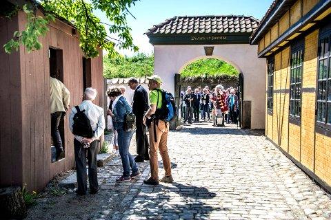 STRØMMET TIL ANNO-LANDSBYEN: Det gjorde utslag på hotellenes overnattingsstatistikker i 2016 at turistene strømmet til Fredrikstad etter at Anno-serien ble vist.  I fjor var tallene mer normale igjen – men høyere enn i 2015.