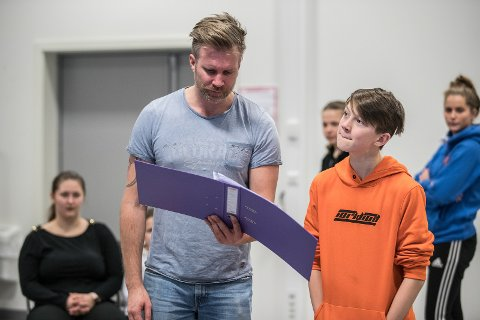 Kristian Gangfløt under øvelsene til Annie på City Scene, her i samspill med Victor Nordstrand.