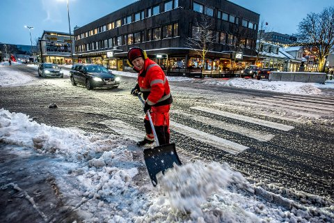 Tom Martinsen fra Fredrikstad kommune måker snø etter nattens snøfall.