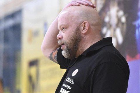 Hele seks spillere i Christer Karlssons svenske eliteserielag Heid er rammet av korona. Nå er den tidligere FBK-treneren oppgitt over at fredagens match ikke er avlyst.