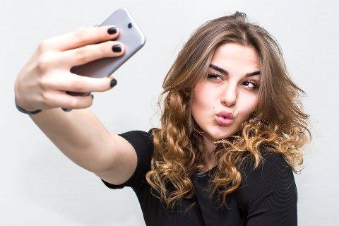 Hvilket selvbilde dannes?: – Vi gjør oss avhengige av bekreftelse fra andre, men om kommunikasjonen i økende grad skjer gjennom sosial media, risikerer vi at selvet som dannes blir et overfladisk selv, frykter filosof Magnus Andersen.