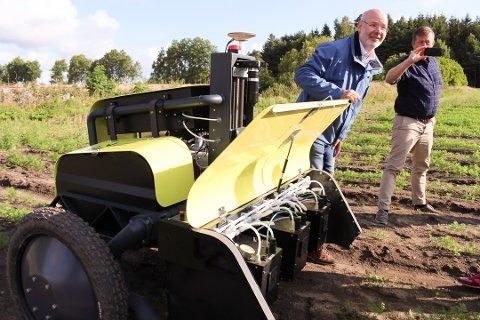 Adigo på Langhus, her representert ved teknisk sjef Øyvind Overskeid, har utviklet en robot som fotograferer hver eneste plante og sprøyter kun ugresset. Landbruksrobotene er samtidig mere skånsomme mot jorda, de kan gi bedre presisjon og dermed også mer effektiv drift.