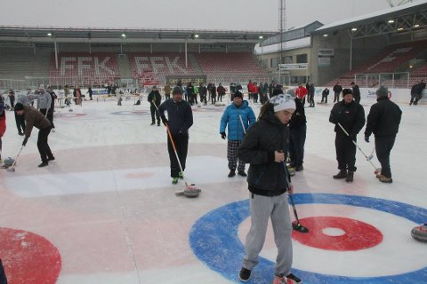 TVILER PÅ TALLENE: Mange ville prøve curling under Winter Classic på Fredrikstad stadion i fjor. Miljø- og kulturutvalgsleder Atle Ottesen (Ap) mener 47 millioner kroner  for en egen curlinghall blir for høy, mens curlingfolket mener en hall trolig blir langt rimeligere enn dette.