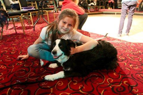 Karoline Torgauten (10) og Maggie har blitt kompiser, og er klare for å dele scenen sammen.