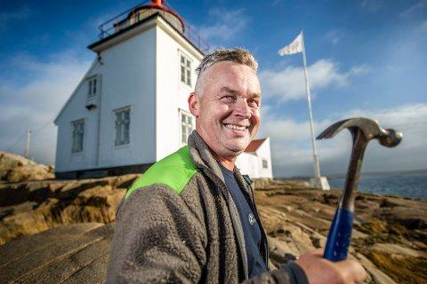 Trond Preutz har fått en ganske spektakulær arbeidsplass. Han skal drive vedlikehold på de over 60 kystledhyttene, som her på Homlungen.
