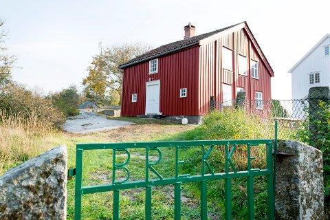 Den rødmalte skolen på Kirkøy blir snart en del av kystleden. Brekke ligger bare en liten kilometer nord for Hvaler kirke, langs Svanekilveien, og sykkelturen er ikke lang til populære Storesand.