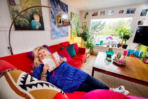 Stortrives: Hilde Skovdahl har bodd i blant annet Kenya, Texas, Asker og Horten før hun landet i Fredrikstad. Hun kunne ikke hatt det bedre enn i huset på Kapellfjellet.