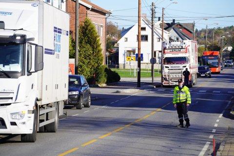 STOPPER TRAFIKKEN: Politiet har stengt av trafikken i begge retninger ved fotgjengerfeltet der ulykken har skjedd.