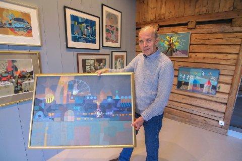 Alt selges: Alt du ser i galleriet i Gamlebyen er til salgs. Espen Bratlie vil gjerne vise frem farens bredde i året han hadde fylt 100 år.