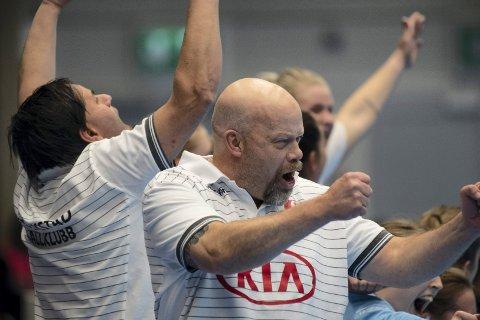 YEEEES: Christer Karlsson og Thomas Bråthen i kjempeslag på sidelinjen i det kampen er over i Molde Arena.