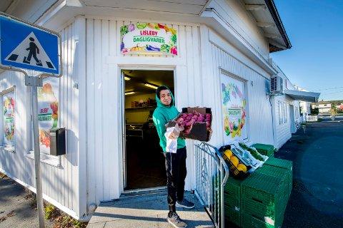 NYTT TILBUD: Sammen med to kompiser har Sarmad Al-Khaleefa åpnet Lisleby dagligvare. Her skal de tilby kundene eksotiske varer og ferske grønnsaker sju dager i uka.