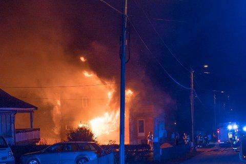 Det brenner kraftig i et bolighus i Fjellveien søndag kveld.