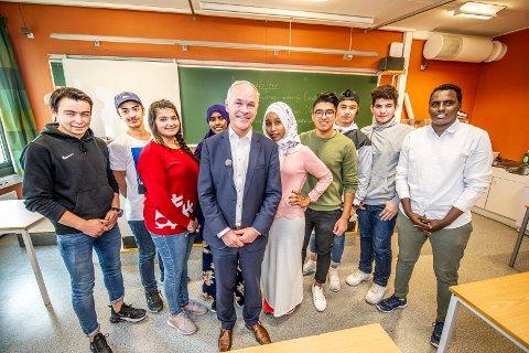 Motiverte: Disse elevene i en av to kombinasjonsklasser på Frederik II syntes det var stas med besøk av kunnskaps- og integreringsminister Jan Tore Sanner mandag. Ungdommene drømmer om høyere utdanning.