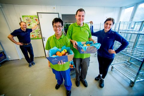 Nye veier: For å sikre seg oppdrag og jobber i fremtiden vil Fasvo ha ny selskapsstruktur. Her er Huy Nguyen (foran til venstre) og Olsi Isufi i fruktavdelingen, sammen med arbeidsleder Sara Hermansen og leder Morten Huth (bak til venstre).