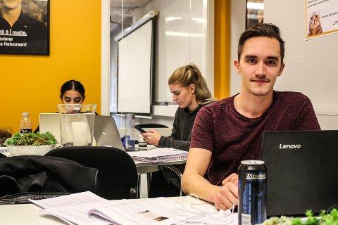POSITIV: Mathias Joneid (25) er en av dem som skal ha eksamen i 1P mandag 19. november. Han synes det er flott at Sonans tilbyr gratis hjelp til elever som gruer seg til eksamensdagen.