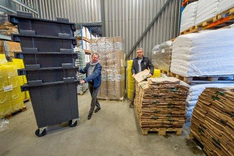 Mange produkter: Hans Kristian Hansen og Jan Næss Jensen i Total Holding AS og Total Packaging AS leverer drøyt 2.000 ulike produkter innenfor avfallshåndtering. Nå skal de levere 215.000 søppeldunker til Trøndelag.