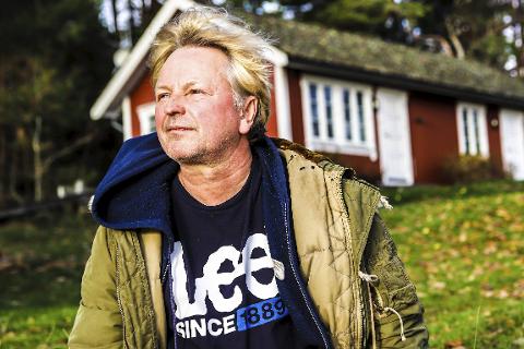 Det beste han vet: Her, helt nede i vannkanten på Bakke, har Ole Evenrud funnet sitt paradis for seg og familien. Det beste han vet er å være akkurat her. I bakgrunnen ligger studioet Hitsville. Alle foto: Hans-Petter Kjøge