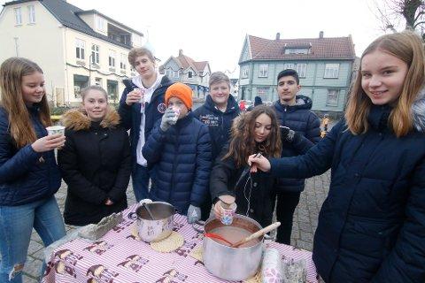 Stilte opp. Elever fra Borge ungdomsskole som har «Innsats for andre»  som valgfag, stilte opp  med kakao og boller. Her skjenker Hedda Victoria Nilsen-Mohn en kopp med noe varmt i til Aurora Leone Bakker.