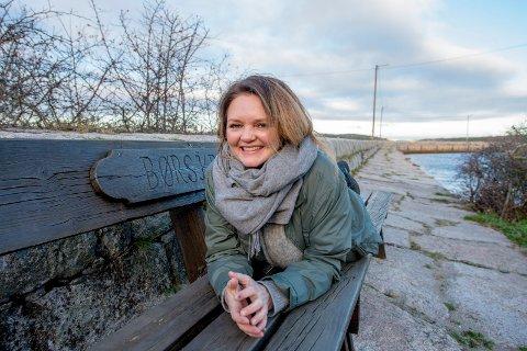 Favorittbenk: På denne benken på moloen på Brattestø nyter Monica Leander og ektemannen Rune kaffen etter morgenbadet om sommeren. – Nå holder vi på å isolere hytta som bestefar bygde på 1950-tallet, og vi bytter vinduer, så nå kommer vi til å tilbringe tid her på vinteren også, sier kulturarbeideren.