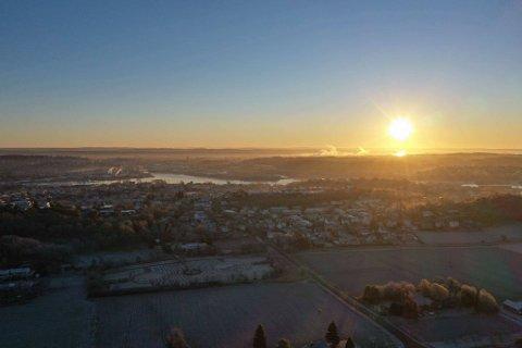 VAKKERT: Det var usedvanlig vakkert da solen sto opp over Fredrikstad onsdag morgen. Men gråværet er på vei.