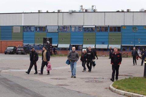 De Jøtul-ansatte på vei inn til allmannamøte klokken 14.00 mandag ettermiddag. Der fikk de den nedslående nyheten om at 100 arbeidsplasser forsvinner på Kråkerøy.