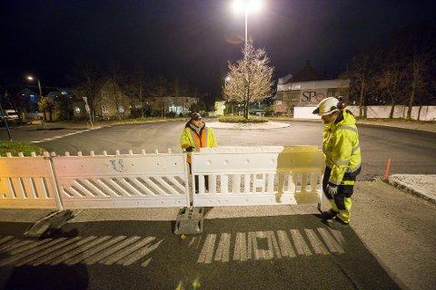 Slik så det ut da Fredrikstadbrua ble stengt for trafikk forrige uke. Nå må bilistene belage seg på omkjøringer ytterligere én natt.