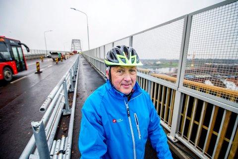 Reagerer: – Vi tenkte at stort verre enn det opprinnelig var, med to smale fortau, kunne det neppe bli for syklister og gående over Fredrikstadbrua. Dessverre ser det ut til at vi tok feil, sier Jan Henrik Lund, lokallagsleder i Syklistenes landsforening. Han mener feltet er altfor smalt.