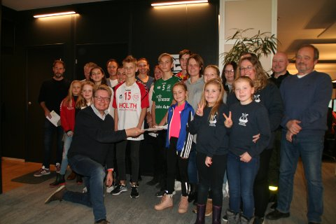 Fornøyde. Gleden var stor da medlemmene i Fredrikstadungane barne og undomsteater sikret seg 50.000 kroner i Bluzz-midler. Roy Østen Henriksen, daglig leder i Fredrikstad Energisalg, overbrakte den hyggelige beskjeden.