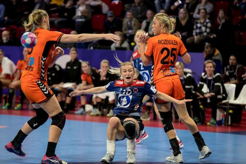 SPENNING: Det er knyttet stor spenning til om kaptein Stine Bredal Oftedal og Norge tar seg videre til fredagens semifinale i VM.