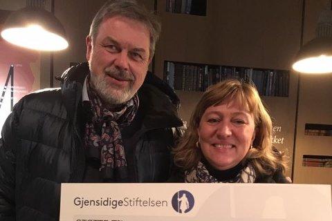 Sverre Jespersen fra Gjensidigestiftelsen kunne overrekke 180.000 kroner til Eva-Lotta Sandberg og Norsk Folkehjelp i Fredrikstads sykkelkjøkken-prosjekt som starter opp til våren.