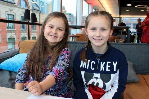 Søstrene Hanna (8) og Sofie (10) Heltvedt Amundsen var med på julekortverksted på Litteraturhuset.
