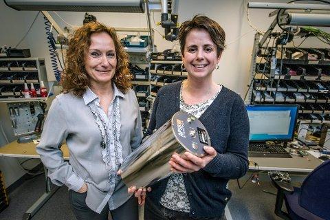 Får priser: I fjor viste Jeanette Larsen (til venstre) og Mari Ann Akerjord hos Prediktor frem innmaten i et måleinstrument som viser fuktighet. I år har bedriften utviklet et måleinstrument for matvareindustrien. Produksjonen foregår på Øra. (Arklivfoto: Geir A. Carlsson)