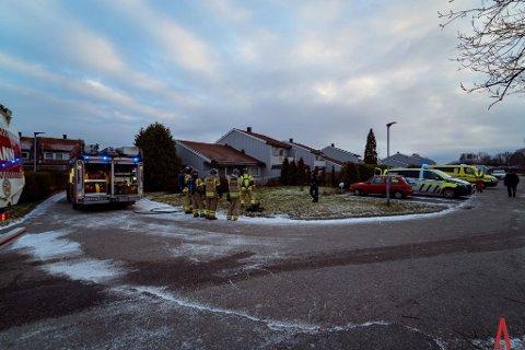 Nødetatene på plass: Politi og brannvesen ankom rekkehuset og fikk raskt kontroll.