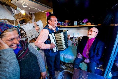 Kjente: Atle Sommerfeldt har vært på besøk i romleiren i Kiæråsen, her i hyggelig samvær med Stan Constanta og Raducan Costica.