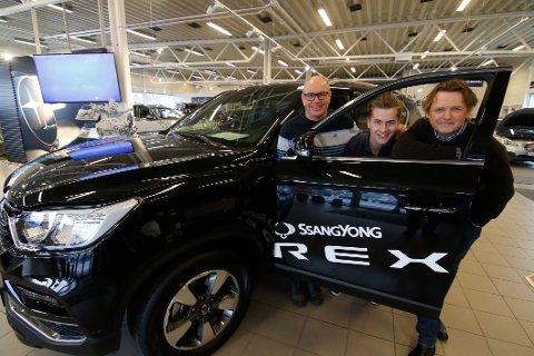 Optimistiske. Daglig leder i  Fredrikstad AutoCenter, Rune Hegstad (til venstre), Oskar Thorsen og Morten Gjølberg har høye forvetninger til at den nye SsangYong Rexton skal selge godt.