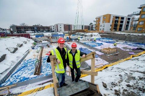 Meglerne Henrik Almås (til venstre) og Terje Hvidsten i DNB Eiendom foran gropa på det som skal bli parkeringskjeller under de nye leilighetsbyggene på Gamle Stadion.