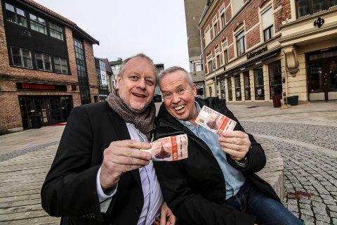 Restaurantaktørene Rune Solberg (til venstre) og Petter Eriksen gledet seg til å tilby middag for en hundrings i forrige uke. Nå er arrangementet gjennomført, og Eriksen er ikke i tvil: Det har blitt en tradisjon.