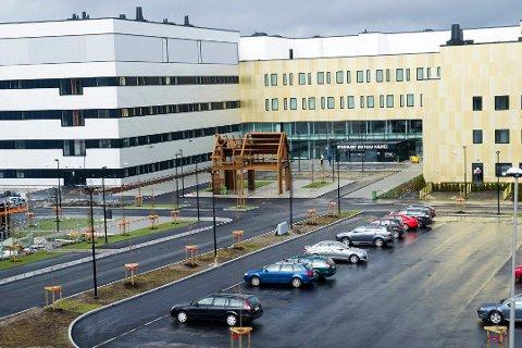 STØTTER FOLKEKRAV: Fylkestinger vedtok å sende et brev til sykehusledelsen der de ber om at parkeringsbestemmelsene endres.