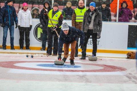 Sa nei: Flertallet i bystyret mente det ble for dyrt å bygge curlinghall. På bildet ordfører  Jon-Ivar Nygård, som prøvde curling under Winter Classic på Stadion i fjor. (Arkivfoto: Harry Johansson)