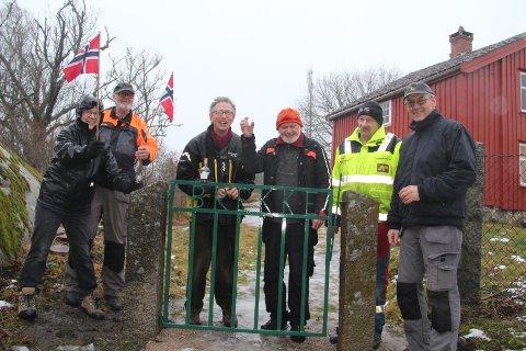 E n begivenhet. Det ble feiret med «en liten port» da den gamle porten igjen var på plass. På bildet ser vi Ragnhild Nordengen, Jan Berntzen, Kjell Brobakken, Paul Henriksen, Ragnar Holte og Knut Hjortland.
